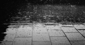 chodnik zalany deszczem - mała retencja
